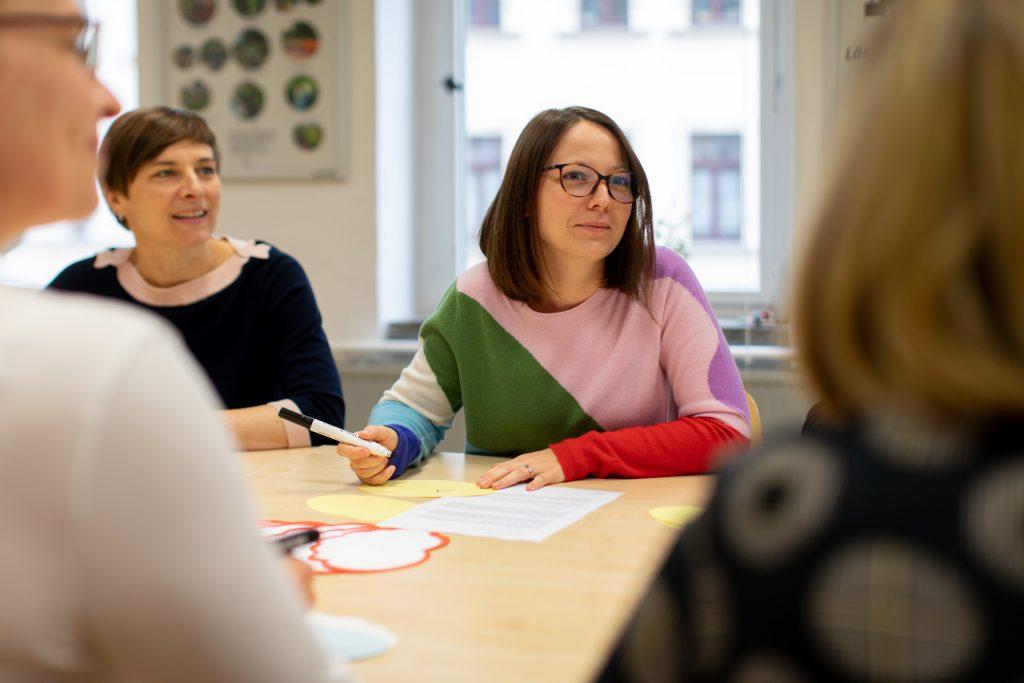 Eine Gruppe von Frauen im Beratungsgespräch im Familienprojekt Tandem.
