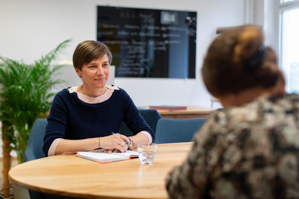 Zwei Frauen im Beratungsgespräch im Familienprojekt Tandem.