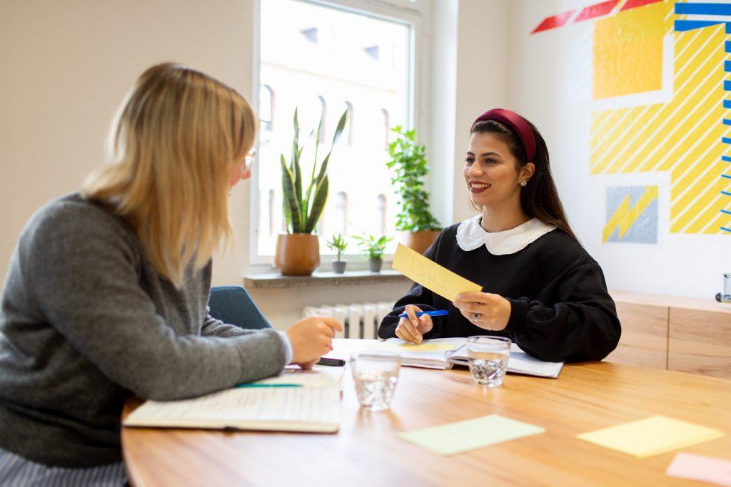 Zwei Frauen im Beratungsgespräch.