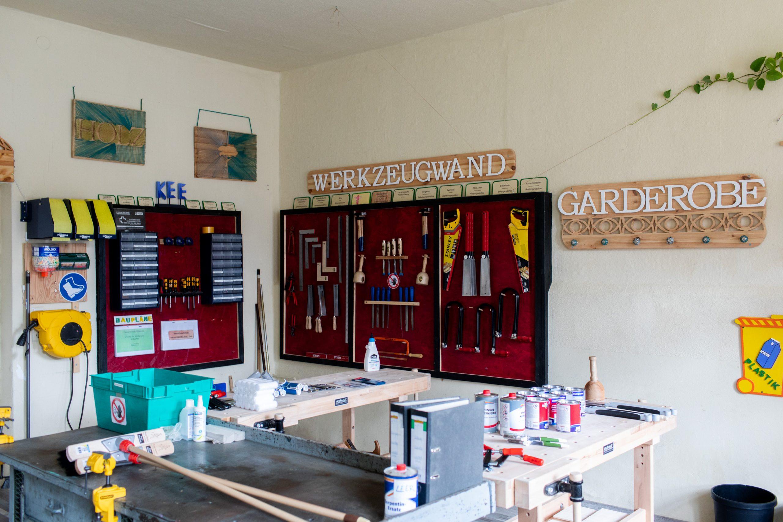 Eine Werkzeugwand mit in den Projekten des KEE hergestellten Holzelementen.