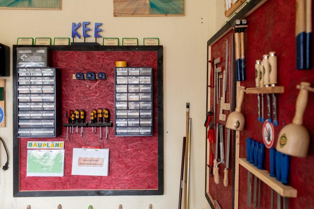 Werkzeugwand mit kindgerechten Beschriftungen.