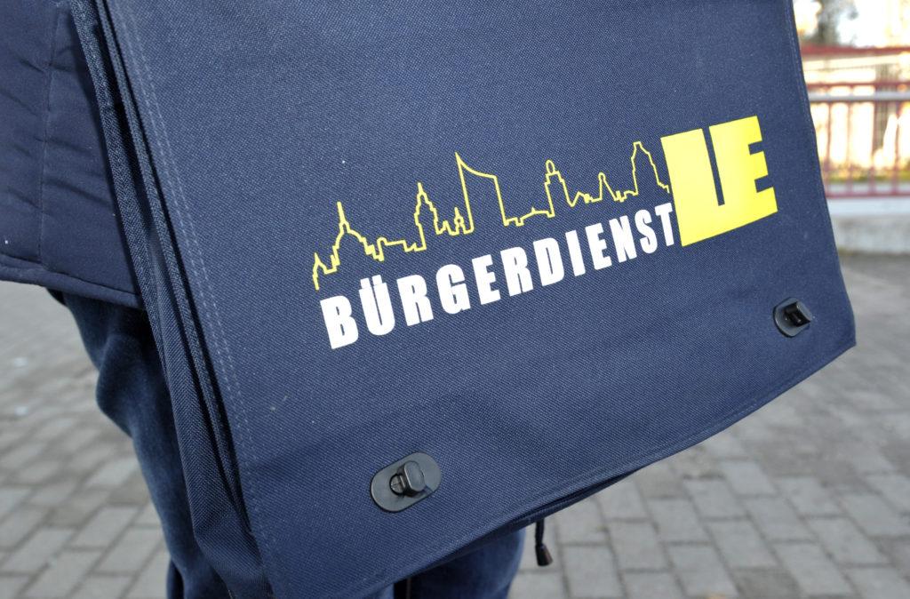 Eine blaue Umhängetasche mit dem Schriftzug Bürgerdienst LE.