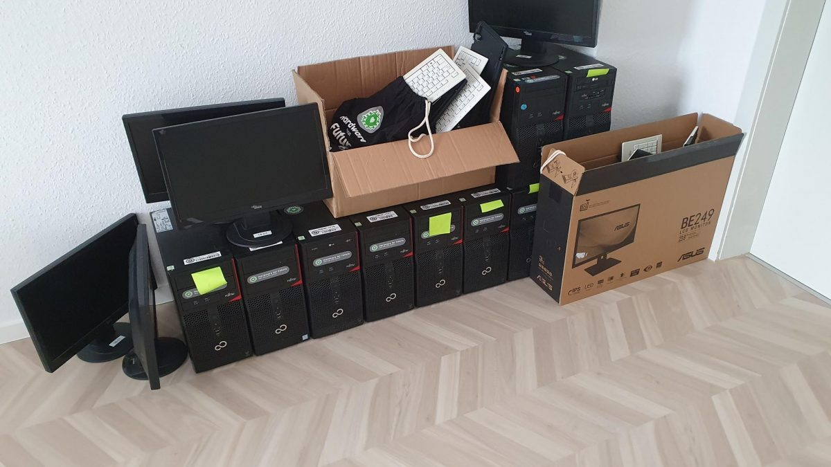 Eine Reihe aufbereiteter Computer und Bildschirme