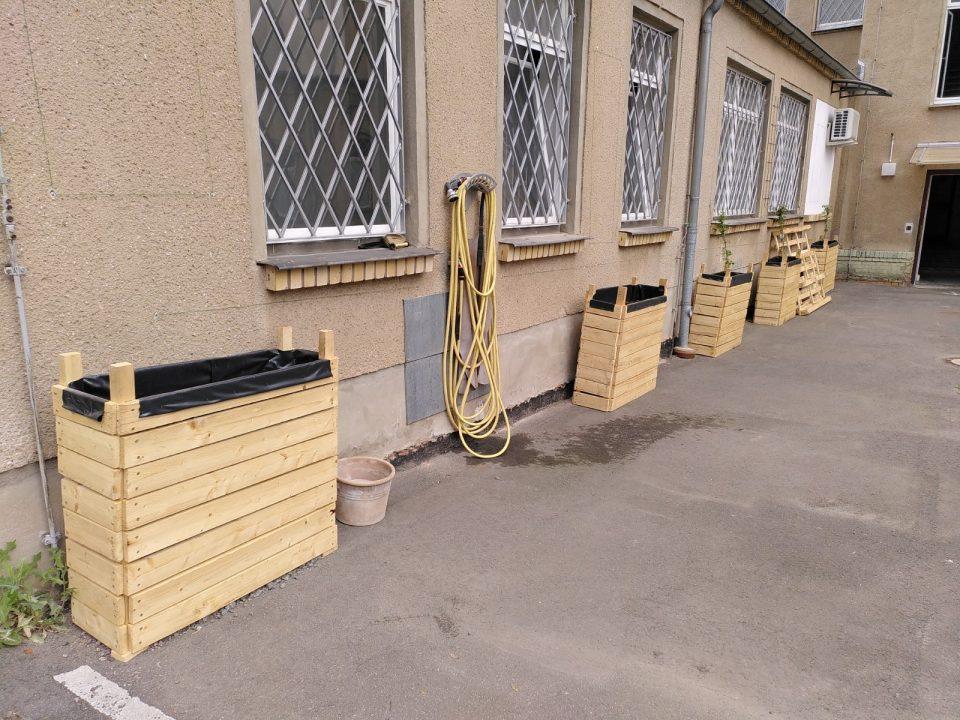 Hochbeete an einer Fassade des KEE.
